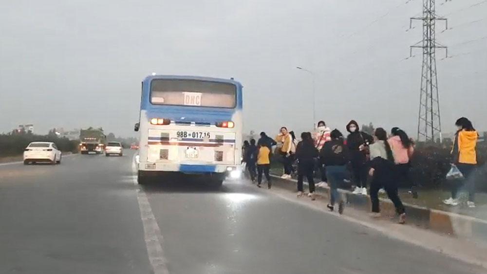 Đón trả khách trên cao tốc Hà Nội - Bắc Giang: Hiểm nguy rình rập